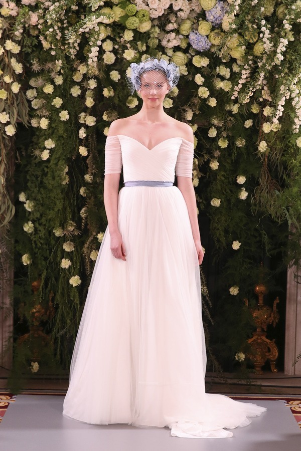 430d492476ce La classicità degli abiti è la base per tocchi eccentrici – con dettagli  come bottoni gioiello