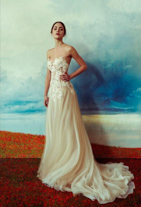 Smoking bianco, pizzi, broccati e colori per la sposa di La Vie En Blanc Atelier