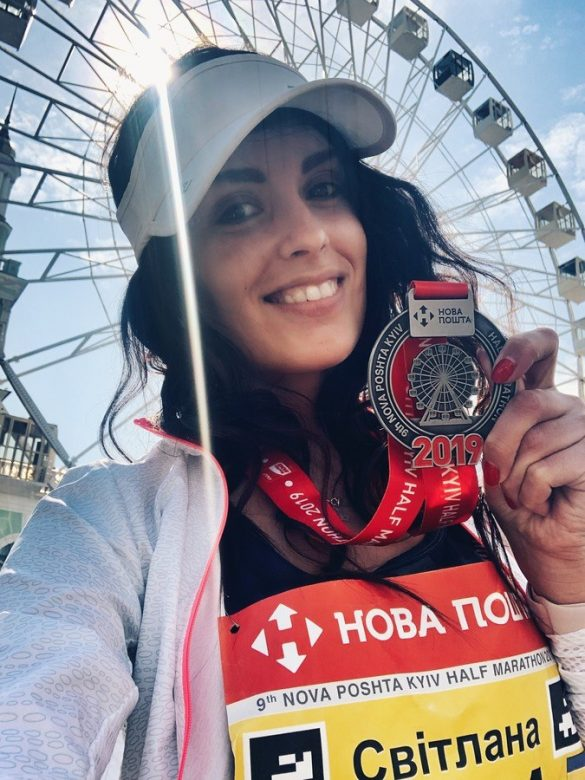 Brunette Svetlana from the group A.R.M.I.A conquers the half marathon